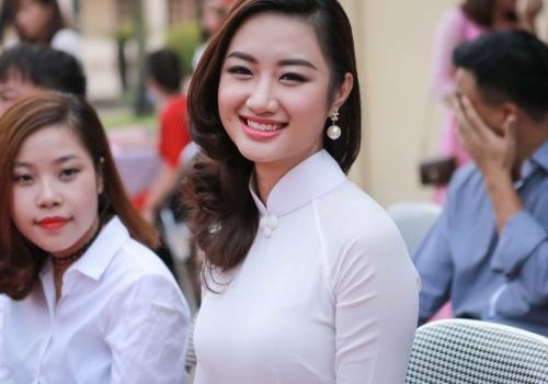 Hoa hậu Thu Ngân về thăm trường cũ